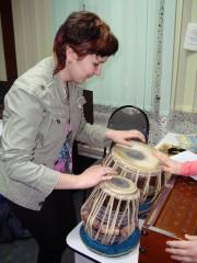 Полина с интересом пробовала играть на инструментах
